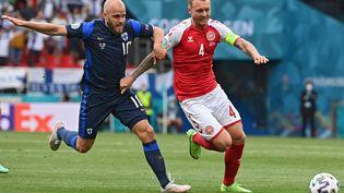 Simon Kjaer intervient devant Teemu Pukki lors de Danemark-Finlande, le 12 juin (JONATHAN NACKSTRAND / AFP)
