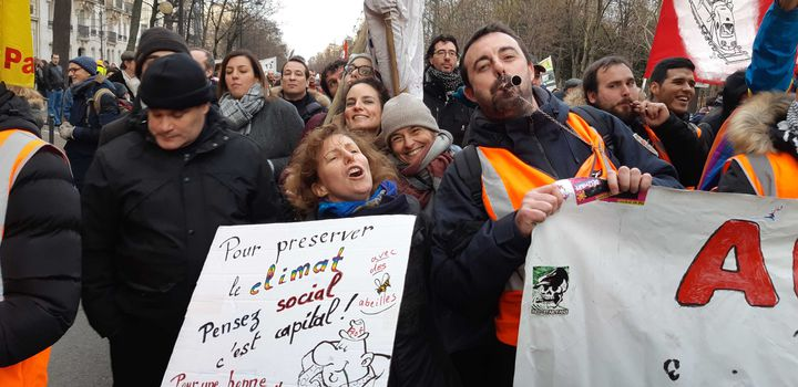 Béatrice en compagnie d'un cheminot de la SNCF, le 10 décembre 2019, à l'occasion de la nouvelle manifestation parisienne contre la réforme des retraites. (RAPHAEL GODET / FRANCEINFO)