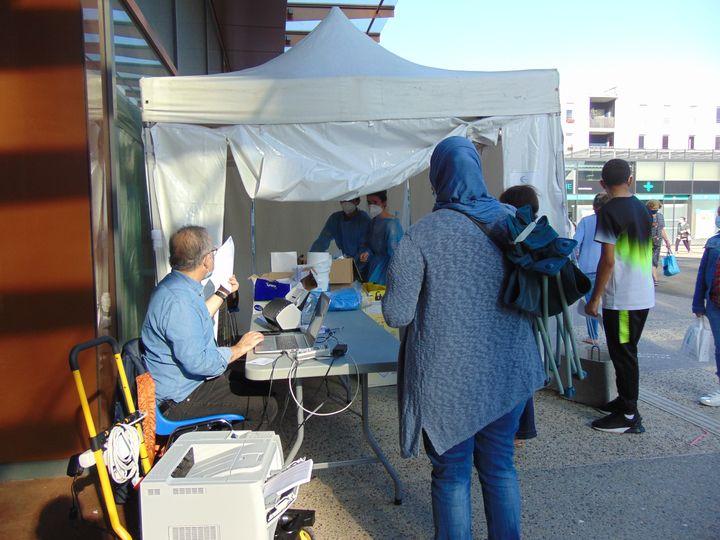 Le médecin biologiste Philippe Bokobza lors d'une campagne de dépistage du Covid-19,le 15 septembre 2020 à Montreuil (Seine-Saint-Denis). (FABIEN MAGNENOU / FRANCEINFO)
