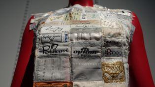 Ici le créateur approfondit son travail sur les vêtements agrandis commencé l'année précédente. Des étiquettes prélevées sur les vêtements anciens récupérés depuis les premières collections sont trasformés en petits hauts par l'atelier artisanal.  (Corinne Jeammet)