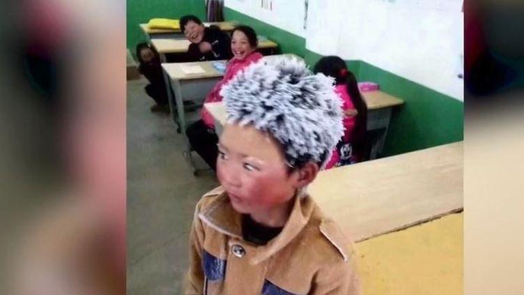 Il y a un an, une photo d'un enfant chinois aux cheveux recouverts de glace avait ému le monde entier. Il devait parcourir des kilomètres pour se rendre à l'école. Sa famille avait reçu des vêtements, son école de l'argent. Qu'est-il devenu depuis ? (FRANCE 2)
