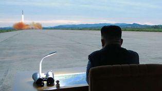 Le leader nord-coréen Kim Jong-Un observe le lancement d'un missile depuis Pyongyang le 29 août 2017, selon cette photo diffusée par leRodong Sinmun, organe du parti unique au pouvoir. (YONHAP NEWS / NEWSCOM/ SIPA)