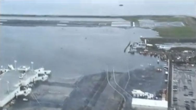 Les pistes de l'aéroport de LaGuardia sont partiellement inondées après le passage du cyclone Sandy sur New York 'Etats-UNis), le 31 octobre 2012. (FRANCETV INFO / EVN)