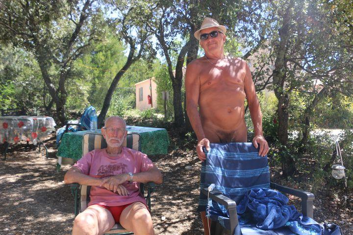 Alain et Georges au camping de Bélézy (Vaucluse), le 6 juillet 2020. (ELISE LAMBERT / FRANCEINFO)