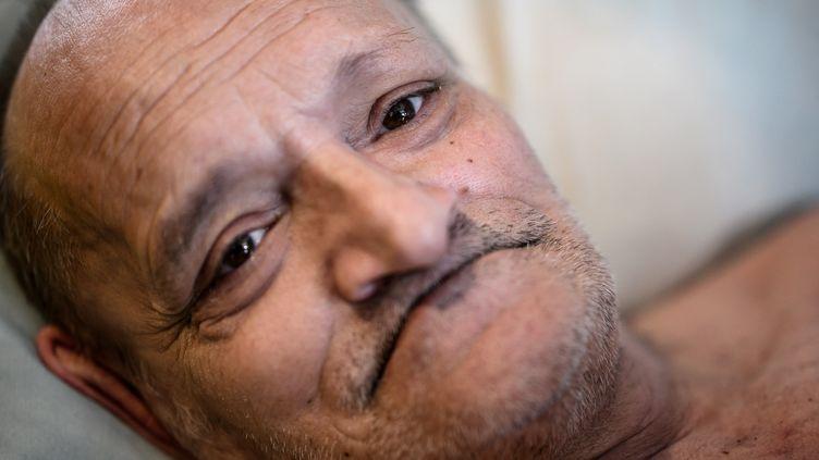 Alain Cocq dans son lit médical, à Dijon, le 6 juin 2021. (JEFF PACHOUD / AFP)
