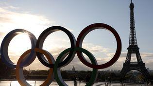 Les anneaux olympiques sur l'esplanade du Trocadéro à Paris, le 14 septembre 2017, après la désignation de la capitale française en tant que ville hôte des Jeux de 2024. (LUDOVIC MARIN / AFP)