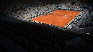 Le court Philippe Chatrier lors du tournoi de Roland-Garros, le 9 octobre 2020 à Paris. (ANNE-CHRISTINE POUJOULAT / AFP)
