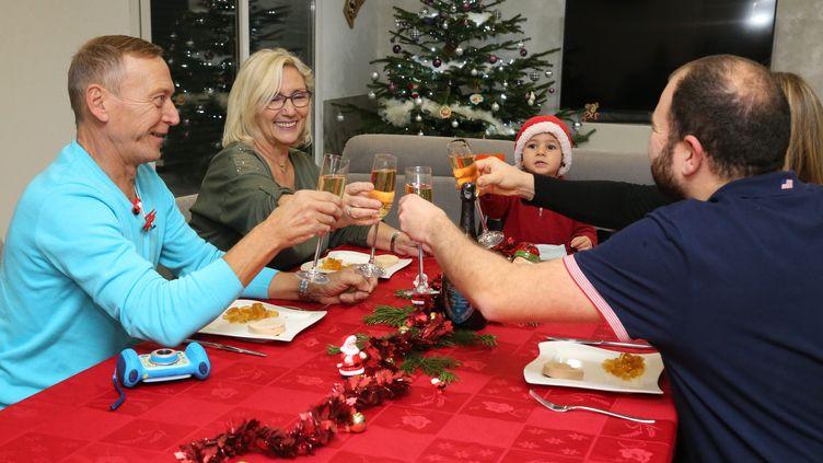 Une famille célèbre Noël, autour d'un repas, en Alsace, en décembre 2017. (MAXPPP)