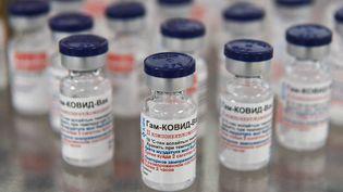 Des doses du vaccin russe Spoutnik V produit dans une usine pharmaceutique de Karaganda, au Kazakhstan, le 2 mars 2021. (VLADISLAV VODNEV / SPUTNIK / AFP)