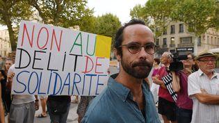 L'agriculteur militant Cedric Herrou, le 8 août 2017 lors de son procès pour assistance illégale aux migrants.  (BORIS HORVAT / AFP)