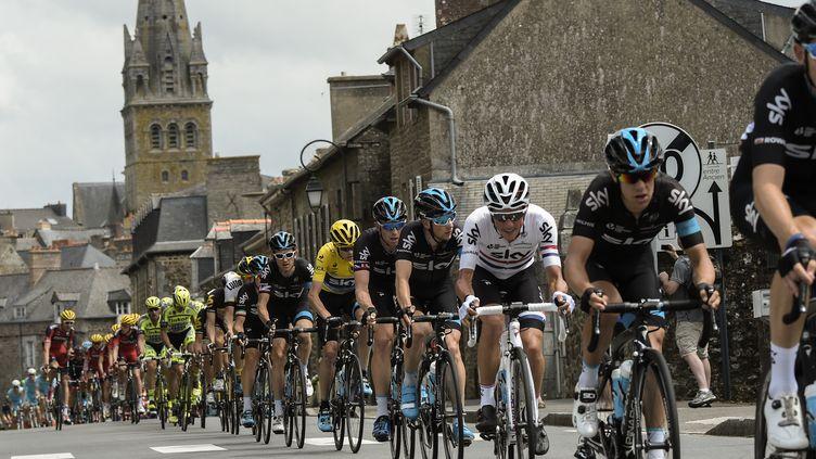 Les coureurs du Tour de France, le 11 juillet 2015 entre Rennes (Ille-et-Vilaine) et Mûr-de-Bretagne (Côtes d'Armor). (LIONEL BONAVENTURE / AFP)