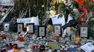 Le secrétariat général de l'aide aux victimesavait été créé après les attentats du 13 novembre 2015. Ci-contre, des bougies et des fleurs devant le Bataclan, à Paris, deux jours après les attaques. (MIGUEL MEDINA / AFP)