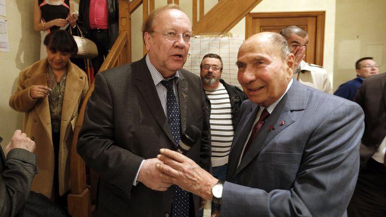 Le maire de Corbeil-Essonnes (Essonne), Jean-Pierre Bechter, et son prédécesseur, Serge Dassault, le 13 mars 2014. (FRANCOIS GUILLOT / AFP)