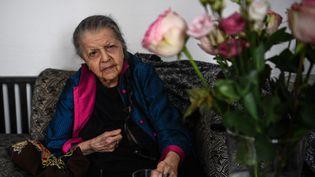 Madeleine Riffaud, 96 ans, ancienne résistante de la Seconde Guerre mondiale et journaliste, est photographiée lors d'une interview à son domicile à Paris, le 16 août 2021. (CHRISTOPHE ARCHAMBAULT / AFP)