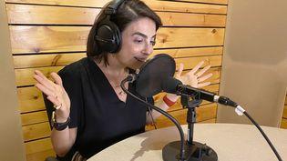 "Le Dr Sandrine Attallah, sexologue et animatrice du podcast ""Haki Sarih"" ('franc-parler"") diffusé à partir du Liban. A Beyrouth, le 11 mai 2021. (- / HAKAWATI NETWORK)"
