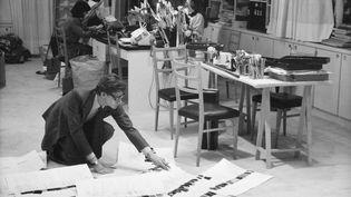 Le couturier Yves Saint Laurent dans son studio en 1986 (Droits réservés)