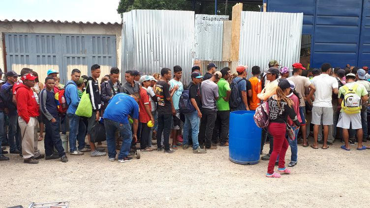 Une distribution de médicaments et de nourriture dans une auberge humanitaire. (BENJAMIN ILLY / RADIO FRANCE)