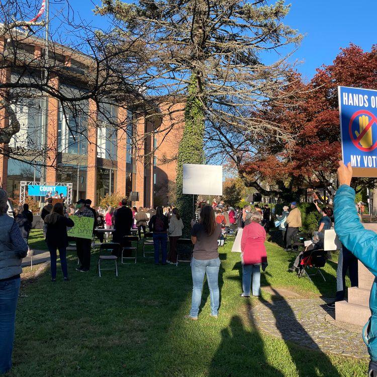 Un petit groupe de manifestants s'inquiètent d'éventuels recours en justice contestant le dépouillement des votes par correspondance à Doylestown, en Pennsylvanie, le 4 novembre 2020. (MARIE-VIOLETTE BERNARD / FRANCEINFO)