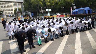 L'équipe médicale d'un hôpital de Wuhan (province du Hubei, Chine), se recueille en hommages aux victimes du coronavirus, samedi 4 avril 2020. (CAI YANG / XINHUA / AFP)