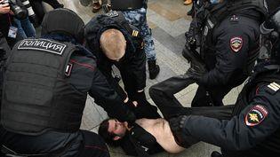 La police arrête un manifestant pro Navalny samedi 23 janvier 2021 à Moscou. (KIRILL KUDRYAVTSEV / AFP)