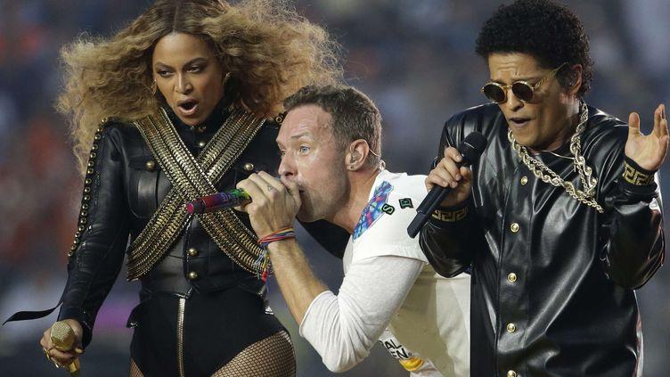 eyoncé, Chris Martin de Coldplay et Bruno Mars à la mi-temps du Super Bowl le 7 février 2016.  (Julio Cortez/AP/SIPA)