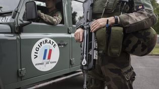 Des militaires de l'opération Sentinelle, le 25 juillet 2016 à Paris. (MAXPPP)