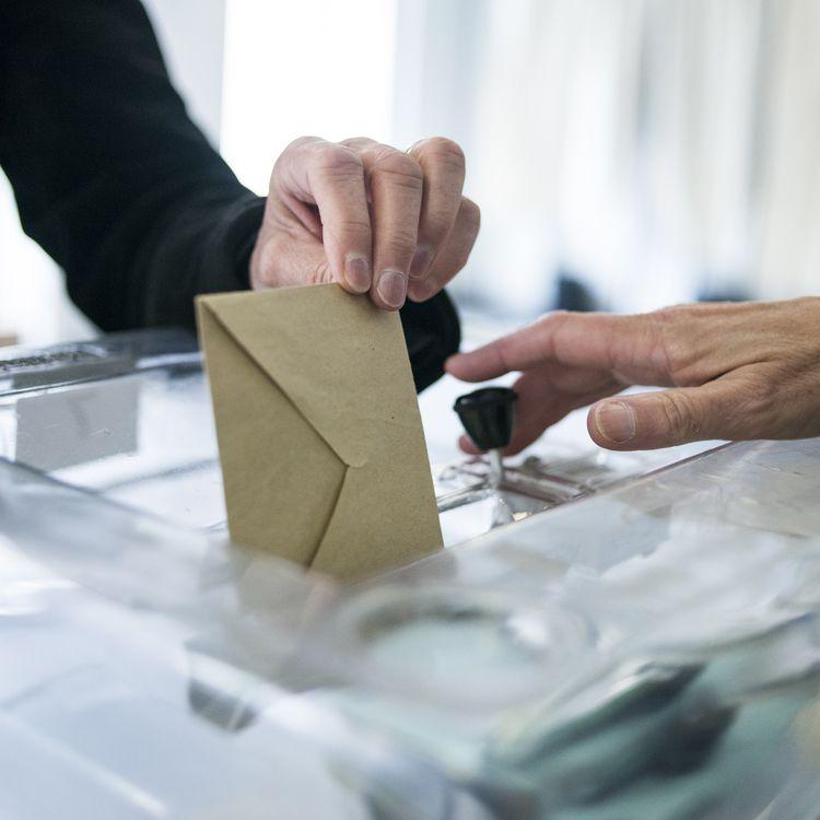 Un homme vote pour les élections européennes à Saint-Cloud (Hauts-de-Seine), le 25 mai 2014. (FRED DUFOUR / AFP)