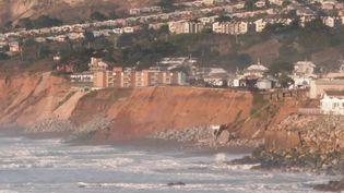 En Californie, les autorités s'inquiétent de l'accélération de l'érosion des côtes. Les fortes pluies et les glissements de terrain accélèrent le phénomène. Les riverains sont dépités. (France 2)