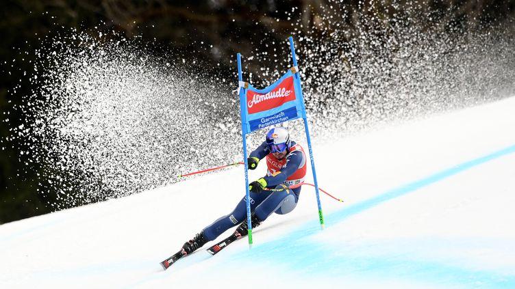 Dominik Paris lors de l'épreuve du Super G masculin de la Coupe du monde de ski alpin, à Garmisch-Partenkirchen, le 6 février 2021 (CHRISTOF STACHE / AFP)