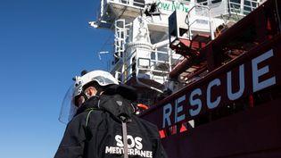 """Un membre d'une équipe de sauvetage en mer, à côté du navire de secours """"Ocean Viking"""", affreté par l'ONG SOS Méditerranée, le 13 mars 2021. (JEREMIE LUSSEAU / HANS LUCAS)"""