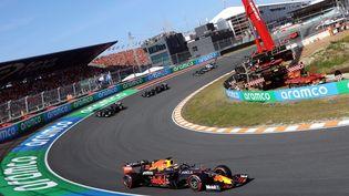 La Red Bull de Max Verstappen domine les débats sur le circuit de Zandvoort devant les deux Mercedes, dimanche 5 septembre 2021. (KENZO TRIBOUILLARD / AFP)
