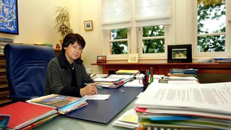 La maire de Lille (Nord), Martine Aubry, dans son bureau, le 8 octobre 2003. (PHILIPPE HUGUEN / AFP)