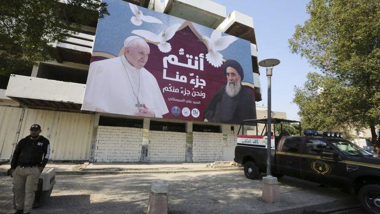 Une affiche annonce la venue du pape François en Irak, dans une rue de Bagdad, le 3 mars 2021. (SABAH ARAR / AFP)