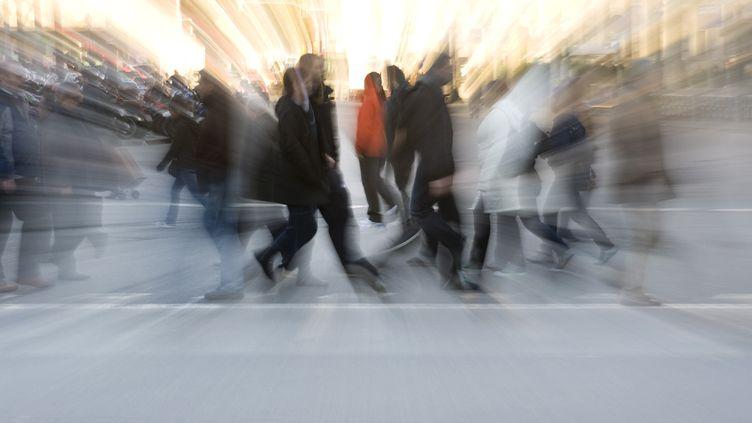 Des piétons marchent dans une ville. (MAXPPP)
