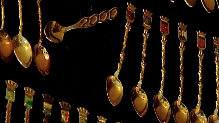 Des écussons, des photos, des tableaux et une belle collection de petites cuillères en argent constituent le fonds du Musée de Lavardin  (France 3 / Culturebox)