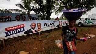 Une affiche électorale de George Weah et sa colistière Jewell Howard-Taylor, le 6 octobre 2017, à Monrovia (Liberia). (THIERRY GOUEGNON / X01735)