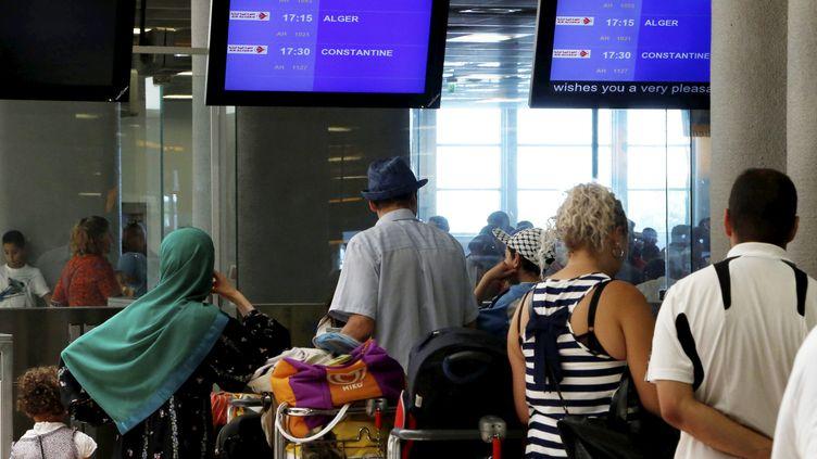 Des personnes attendent à l'aéroport deMarseille-Provence à Marignane (Bouches-du-Rhône), le 23 juillet 2014. (  MAXPPP)