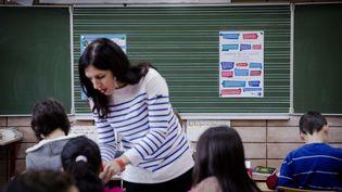 Une enseignante de CM2 dans une classe de l'école Louis-Aragon de Pantin (Seine-Saint-Denis), le 9 décembre 2014. (MARLENE AWAAD / MAXPPP)