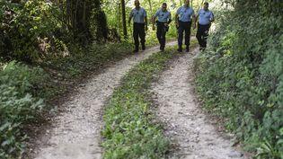Des gendarmes effectuent des recherches dans la disparition de la petite Maelys, à Pont-de-Beauvoisin (Isère), le 29 août 2017. (PHILIPPE DESMAZES / AFP)