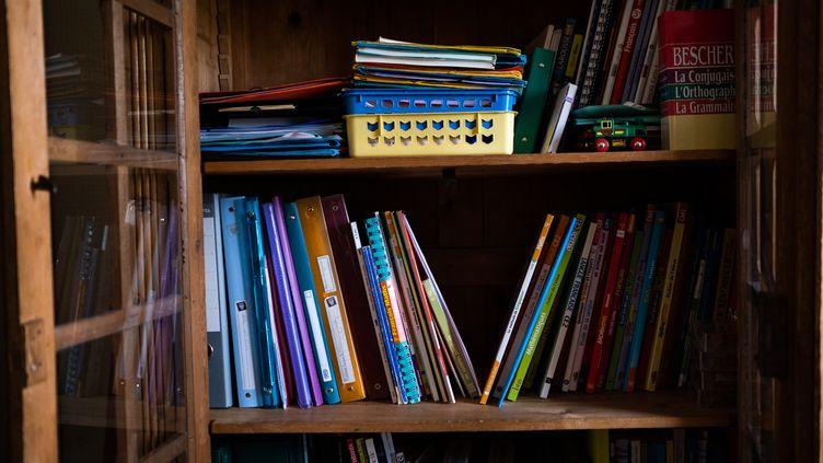 Des fournitures scolaires dans un placard, le 20 mars 2020 à Paris. (ANTOINE MARTIN / HANS LUCAS / AFP)