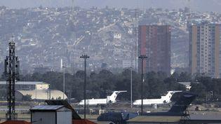 Des avions à l'aéroport Hamid Karzai de Kaboul (Afghanistan) le 30 août 2021.  (WALI SABAWOON / AP)
