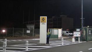 L'entrée de l'usine Renault de Flins (Yvelines), le 19 novembre 2018. (GILLES GALLINARO / RADIO FRANCE)
