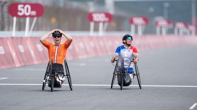 Loïc Vergnaud (à droite) réalise qu'il vient d'être doublé au dernier moment par le Mitch Valize, mercredi 1er septembre. (YONATHAN KELLERMAN / France Paralympique)