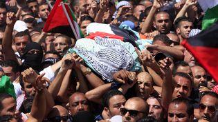 Des milliers de Palestiniens ont participé, le 4 juillet 2014,aux funérailles du jeune Palestinien enlevé et tué dans le quartier de Chouafat, à Jérusamel-Est. (CITIZENSIDE / ELOISE BOLLACK / AFP)