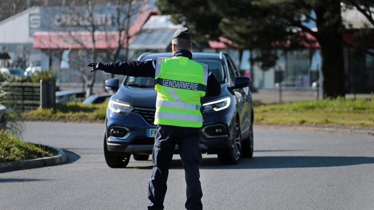 Premiers contrôles des attestations de déplacement dérogatoire, le 17 mars 2020 à Lorient (Morbihan). (FRANCOIS DESTOC / MAXPPP)