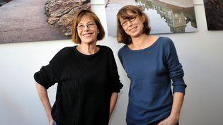 Jane Birkin et sa fille Kate Barry (à droite) posent dans une galerie, en marge du Festival du film britannique de Dinard (Ille-et-Vilaine), le 5 octobre 2012. (MAXPPP)