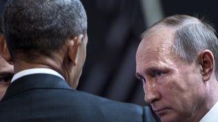 Le président américain, Barack Obama, parle avecle président russe Vladimir Poutine au sommet de l'Apec du20 novembre 2016, à Lima (Pérou). (BRENDAN SMIALOWSKI / AFP)