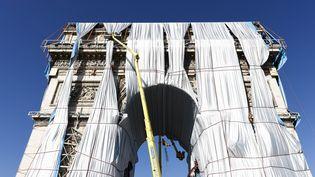 Le démontage de l'œuvre de Christo sur l'Arc de Triomphe a débuté lundi 4 octobre. (OLIVIER CORSAN / MAXPPP)