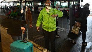 Des passagers descendus d'un bus venant de Milan, à Lyon, le 24 février 2020. (JEAN-PHILIPPE KSIAZEK / AFP)