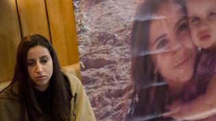 """Meriam Rhaiem s'exprime devant une affiche intitulée """"Rendez-nous Assia"""", le 22 mars 2014, à Lyon (Rhône),pour alerter sur le sort de sa fillette emmenée en Syrie par le père de celle-ci. (  MAXPPP)"""